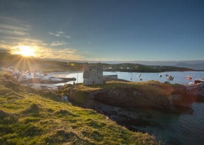 Strand, Hafen und Grainne Mhaols Castle auf Clare Island