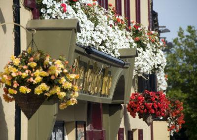 Blumen an den Häuserfronten in irischen Orten