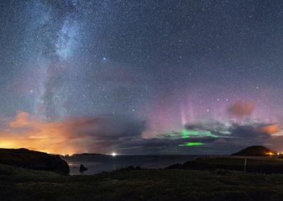 Milchstraße und Polarlichter am Himmel über Donegal