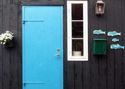 Farbige Haustür auf den Färöer Inseln