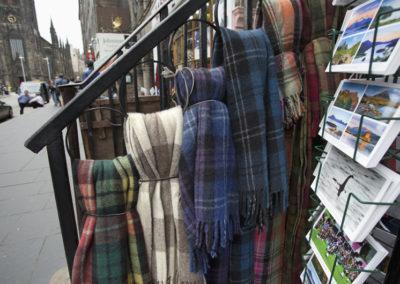 Tartan Schal und Postkarten in den Geschäften