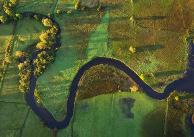 Blick aus der Luft auf den Defreen River, der in den Glencar Lake fliesst