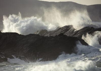 Stürmische Wellen auf Clare Island im County Mayo