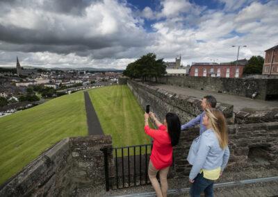 Auf den Stadtmauern in Londonderry