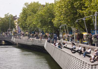 Boardwalk entlang des Flusses Liffey in Dublin