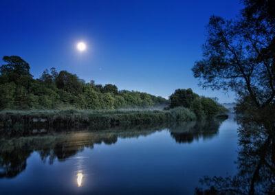 Mondschein am Fluss Boyne im County Meath