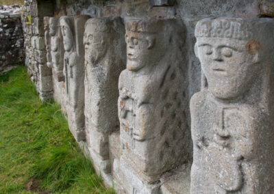 Steinfiguren auf White Island im Lough Erne, County Fermanagh